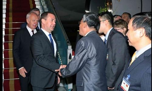 Thủ tướng Nga DmitryMedvedev bắt tay Thứ trưởng Ngoại giao Phạm Quang Vinh. Ảnh: TTXVN.