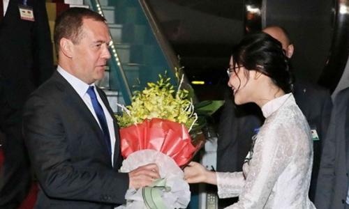 Thủ tướng Nga Dmitry Anatolyevich Medvedev hạ cánh tại sân bay Nội Bài tối 18/11. Ảnh: TTXVN.