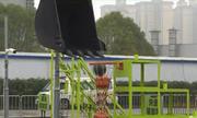 Tài xế Trung Quốc trổ tài đưa bóng vào rổ bằng máy xúc