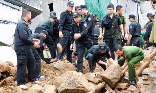 Người dân làng chài Nha Trang hoảng loạn khi nước trên núi 'đổ như thác'