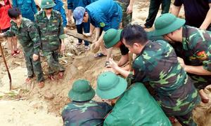 Hàng trăm người đào bới tìm nạn nhân trong đống đổ nát ở Nha Trang