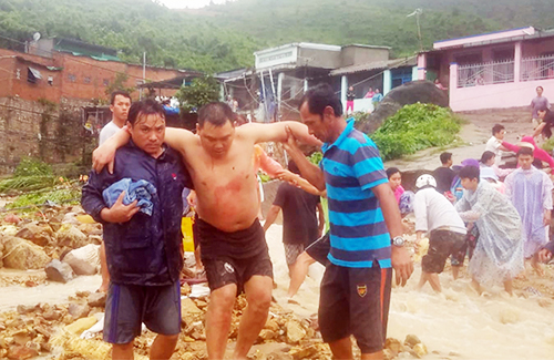 Victims in the landslide in the commune of Phuoc Dong are withdrawn. Photo: Khanh Hoa Newspaper.