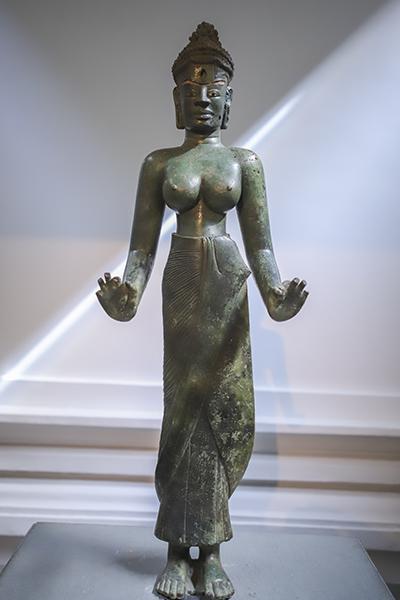 Hiện vật gốc tượng Bồ tát Tara được đặt ít phút trước khi đoàn Tổng thống Ấn Độ đến Bảo tàng Điêu khắc Chăm Đà Nẵng. Ảnh: Nguyễn Đông.