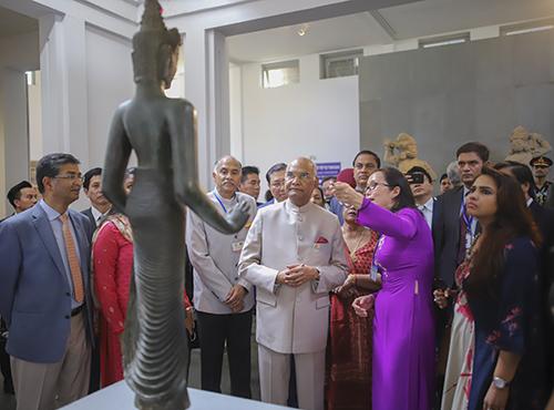 Tổng thống Kovind (đứng giữa) dừng chân rất lâu để chiêm ngưỡng pho tượng Bồ tát Tara. Ảnh: Nguyễn Đông.