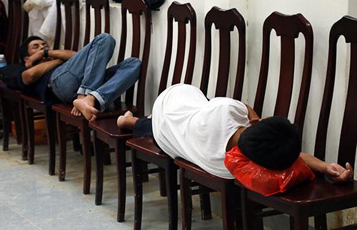 Không giường chiếu, nhiều người ngảlưng trên những chiếc ghế tại nhà văn hóa thôn. Ảnh: Xuân Ngọc.
