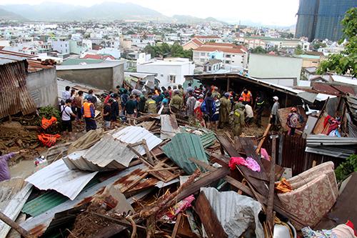 Nhà cửa người dân ở Nha Trang đổ sập, tan hoang sau sạt lở hôm 18/11. Ảnh: An Phước