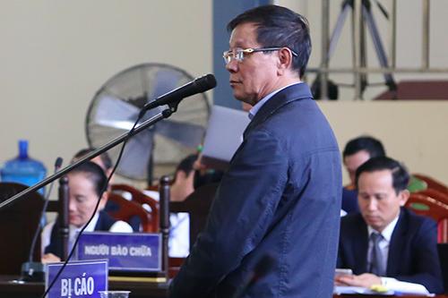 Cựu cục trưởng Cảnh sát Phan Văn Vĩnh trong khi trả lời thẩm vấn sáng 20/11. Ảnh: Phạm Dự