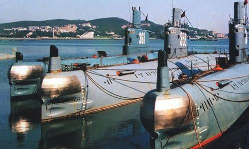 Tàu ngầm 361 (ngoài cùng bên trái) tại căn cứ. Ảnh: BDN.