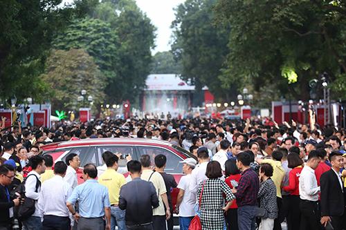 Người dân vân quanh mẫu SUV của VinFast.