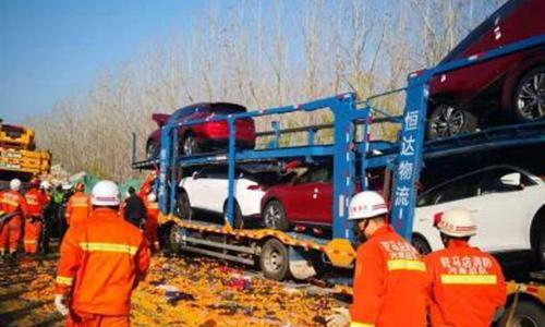 28 xe tải đụng nhau tan nát trên cao tốc và bài học giữ khoảng cách