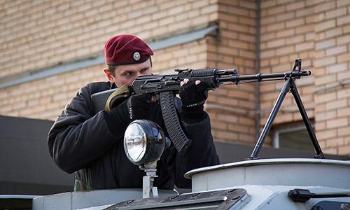 Đặc nhiệm OSN Saturn tại Moskva, Nga và súng máy hạng nhẹ RPK-74M. Ảnh: Vitaly Kuzmin.