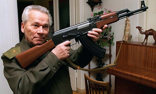 Trung tướng Kalashnikov và súng trường tấn công AK-47. Ảnh: AP.