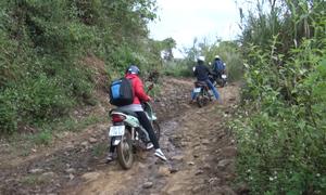 Giáo viên Sơn La vượt hàng chục km đường đồi núi đến lớp
