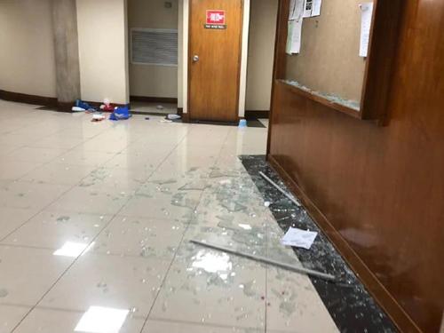 Cửa sổ bên trong tòa nhà quốc hội Papua New Guinea vỡ nát sau khi bị tấn công. Ảnh: News.