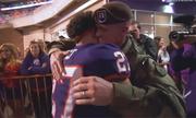 Đại úy Mỹ bí mật trở về từ Afghanistan, khiến con trai bất ngờ