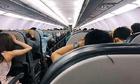Hơn trăm hành khách hoảng loạn trên máy bay vì báo động giả