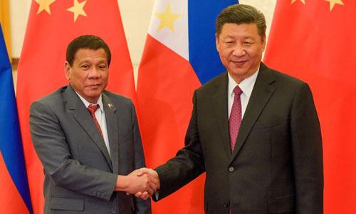 Chủ tịch Trung Quốc Tập Cận Bình (phải) và Tổng thống Philippines Rodrigo Duterte trong cuộc gặp tại Bắc Kinh tháng 5/2017. Ảnh: Reuters.