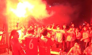 CĐV đốt pháo sáng mừng hụt pha sút bóng vào lưới gây tranh cãi của Văn Toàn