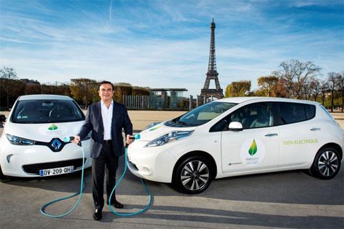 Carlos Ghosn với hai mẫu xe điện Renault Zoe (trái) và Nissan Leaf. Ảnh: Inside EVs.
