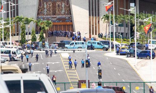 Cảnh sát và binh sĩ Papua New Guinea tập trung trước tòa nhà quốc hội để đòi tiền thưởng phục vụ hội nghị APEC. Ảnh: AFP.