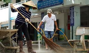 Giáo viên Nha Trang vệ sinh trường học sau mưa lũ
