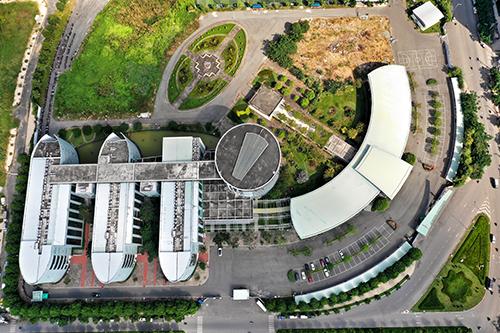 Rộng hơn 7 ha, công trình có giảng đường 5.000 chỗ ngồi, hội trường 1.000 chỗ ngồ, ký túc xá 9 tầng. Ảnh: Hữu Khoa.