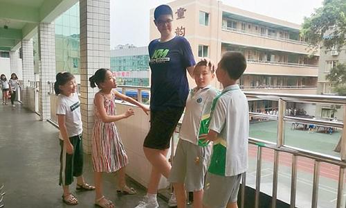 Cậu bé 11 tuổi Ren Keyu cao 2,06 mét ở tỉnh Tứ Xuyên, Trung Quốc. Ảnh: Imagine China