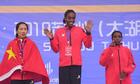 Trung Quốc tranh cãi khi vận động viên tuột chức vô địch vì quốc kỳ