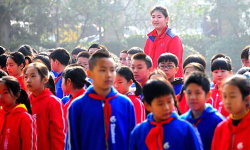 Zhang Ziyu nổi bật giữa các bạn vớichiều cao 2,1 mét. Ảnh: Sdnews