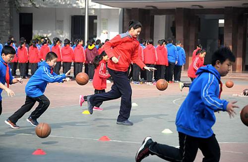Zhang Ziyu đam mê bóng rổ.Ảnh: Sdnews
