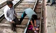 Bé Ấn Độ 1 tuổi thoát chết dưới gầm tàu đang chạy