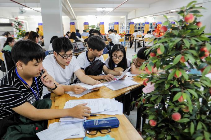 Trường học có võng xếp, ghế sofa phục vụ sinh viên nghỉ trưa ở Sài Gòn
