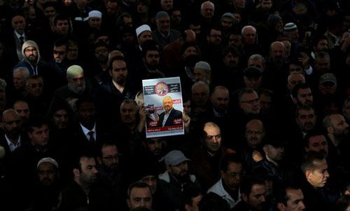 Người biểu tình giơ biểu ngữ đòi công lý cho Khashoggi ở Thổ Nhĩ Kỳ. Ảnh: Reuters.
