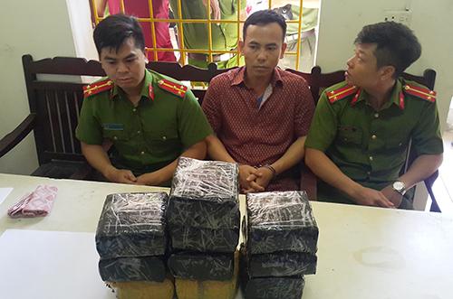 Nguyễn Hữu Ngạn cùng tang vật lúc bị bắt. Ảnh: Nguyễn Hải.