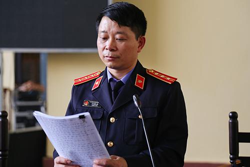 Kiểm sát viên Lê Xuân Lộc đối đáp với các luật sư. Ảnh: Phạm Dự