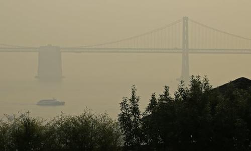 Cầu vịnh San Francisco - Oakland ở bang California trở nên mờ ảo trong làn khói do cháy rừng. Ảnh: AP.