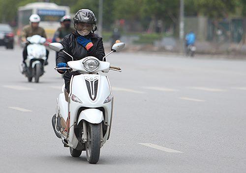 Sáng 22/11, đa số người dân Hà Nội ra đường phải khoác thêm áo ấm. Ảnh: Ngọc Thành