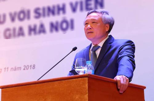 Ông Nguyễn Hòa Bình nói chuyện với sinh viên Khoa Luật. Ảnh: VNU