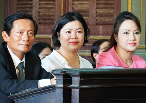 Bà Bình (phải) cùng luật sư tại tòa. Ảnh: Kỳ Hoa.