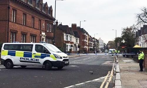 Cảnh sát phong tỏa khu vực tìm thấy thiết bị nổ tự chế ở thủ đô London, Anh. Ảnh: Twitter.