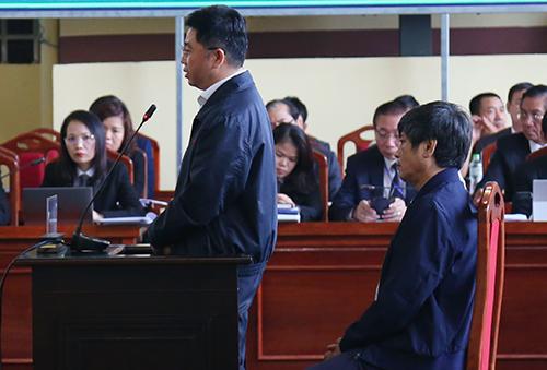 Ông Nguyễn Thanh Hóa và Nguyễn Văn Dương đối chất sáng 21/11. Ảnh: Phạm Dự.