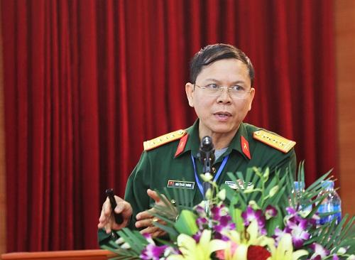 Đại tá Nguyễn Huy Hoàng trình bày về thiết bị giả lập BTS. Ảnh: Gia Chính