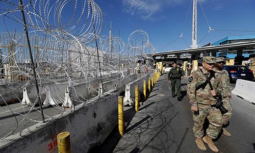 Nhân viên Tuần biên và binh sĩ Mỹ tuần tra tại cửa khẩu San Ysidro, San Diego ngày 16/11. Ảnh: AP.
