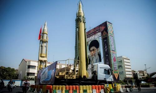 Hai tên lửa được trưng bày ở thủ đô Tehran, Iran, hồi tháng 9 năm ngoái. Ảnh: Reuters.