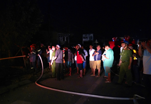 Cảnh sát khống chế ngọn lửa sau gần một giờ. Ảnh: An Nam