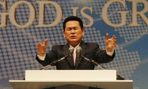 Lee trong một lần thuyết giảng. Ông ta luôn nói với tín đồ rằng mình đượcChúa trời ban quyền năng. Ảnh: AFP.