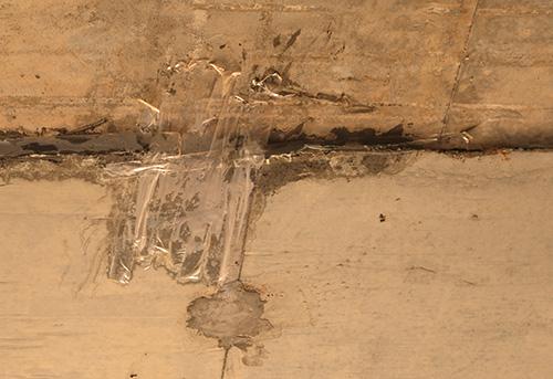 Băng keo được dán lên mặt trần hầm chui qua thôn 4, xã Tam Mỹ Tây, huyện Núi Thành. Ảnh: Đắc Thành.