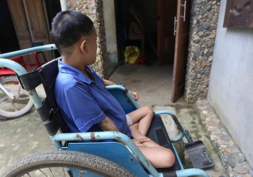 Hoa bị bại liệt ngồi trên xe lăn. Ảnh: Sơn Thủy.