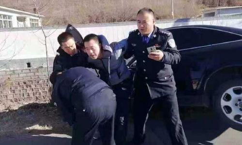 Tài xế bị cảnh sát bắt sau vụ lao xe. Ảnh: Weibo.