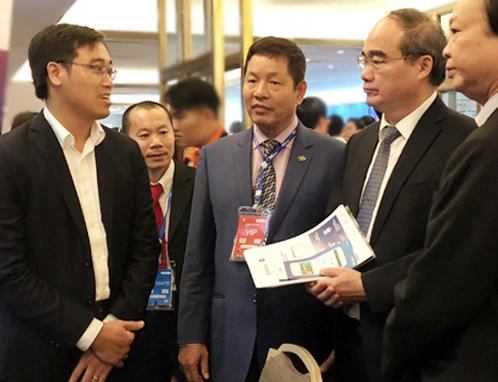 Bí thư Thành ủy TP HCM Nguyễn Thiện Nhân (thứ hai, bên phải) nói chuyện với các nhà sáng tạo trẻ về đề án thành phố thông minh. Ảnh: Tuyết Nguyễn.
